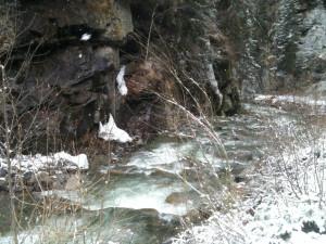 Eisige Winterlandschaft mit Bach