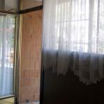 Vorm Umbau war die damalige Pfandleihe optisch sehr geschlossen, mit Brettern, Vorhängen und Gittern, miradlo 2004