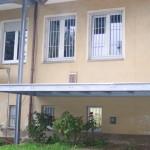 Von außen noch mit dem alten Anstrich, der Balkonboden ist bereits da, noch fehlt die Balkontür. miradlo 2005