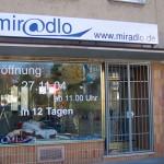 Schaufenster zu Baustellenzeiten mit täglich wechselnder Beschriftung, die auf die Eröffnung verwies. miradlo 2004