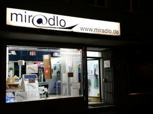 miradlo-Versanddepot - Die Lieferadresse in Konstanz - Schaufenster im Dunkeln mit Paketdekoration