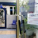 Öffnungszeitenschild Fasnet im miradlo-Versanddepot mit Blick in den Laden