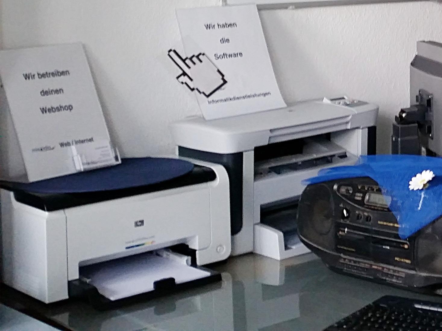 Handelsübliche Drucker für Farbe auf Papier, ein Farb- und ein Schwarz-weiß-Laserdrucker