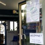 Oster-Öffnungszeiten des miradlo-Versanddepot in Konstanz auf dem Schild mit Osterei