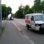 Apelina, fertig beschriftet, vor der Tür vom miradlo-Versanddepot in der Wollmatinger Straße