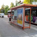 Apelina, an der Bushaltestelle, vor der Tür vom miradlo-Versanddepot in der Wollmatinger Straße in Konstanz