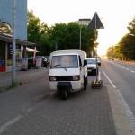 Apelina noch ohne Beschriftung an der Bushaltestelle, vor der Tür vom miradlo-Versanddepot in der Wollmatinger Straße in Konstanz