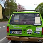 Auto des Mädelsteam mit Fahrerin - Versanddepot neben örtlicher Brauerei Ruppaner - Team RallyeViators aus Konstanz bei der Allgäu-Orient-Rallye 2015 nach Amman, Jordanien