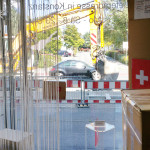 Bagger frisst Auto?! Baustelle vorm miradlo-Versanddepot, Bushalteplatz muss repariert werden