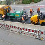 Baustelle: nach einem Tag Pause wurde freitags wieder gearbeitet, vor der Lieferadresse miradlo-Versanddepot, Bushalteplatz muss repariert werden