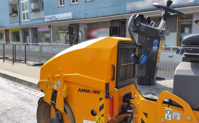 miradlo – die Lieferadresse weiter mit Bushaltestellen-Baustelle vorm Haus