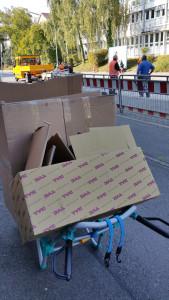 Kartonentsorgung bei unserer Lieferadresse gratis - miradlo Versanddepot Rollwagen voll Altpapier