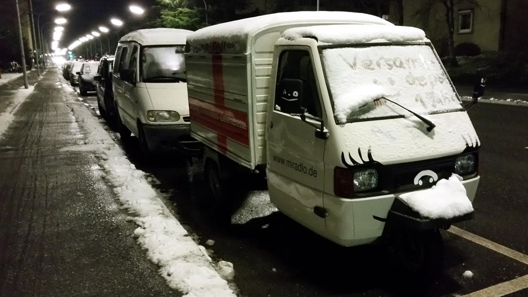"""Apelina nachts mit """"Versanddepot 1 Jahr :)"""" im Schnee auf der Windschutzscheibe, Lieferadresse Konstanz"""