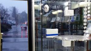 DHL lässt Paketempfänger im Regen stehen, Empfänger ist ja nicht Vertragspartner. :(