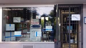 An Feiertagen geschlossen, Schild informiert, miradlo-Versanddepot