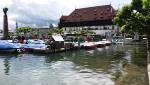 Statt nach unten ins Boot im Gondelehafen geht's geradeaus, Hochwasser 5,11 m in Konstanz am Bodensee, Juni 2016