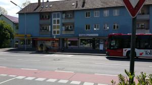 Bushaltestelle vor miradlo, der Bus kommt, miradlo Versanddepot Konstanz, Lieferadresse