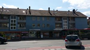 Bushaltestelle mit Bus vor der Tür, es kommt häufig ein Bus, miradlo Versanddepot Konstanz, Lieferadresse