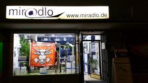 Schaufensterdeko abends im miradlo-Versanddepot in Konstanz zur Fußball-EM unter anderem mit Hopp-Schwiiz-Fahne