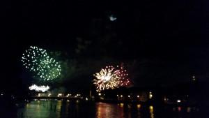 Seenachtsfest Konstanz vom Rhein aus mit Blick auf die alte Rheinbrücke, 2014 mit Mond im Hintergrund