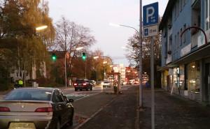Auto ohne Kennzeichen auf einem Kurzparkplatz, steht seit über sieben Wochen, statt nur für 2 Stunden, wie laut Schild erlaubt