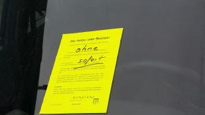 """neu mit GELBEM Zettel """"sofort entfernen"""" der Stadt, das Auto ohne Kennzeichen, jetzt seit 8 Wochen auf dem Kurzparkplatz"""