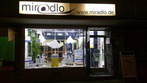 Im Winter ist unser Schaufenster zu Öffnungszeiten fast gleich lang im Nachtlicht wie im Hellen - miradlo Versanddepot Konstanz