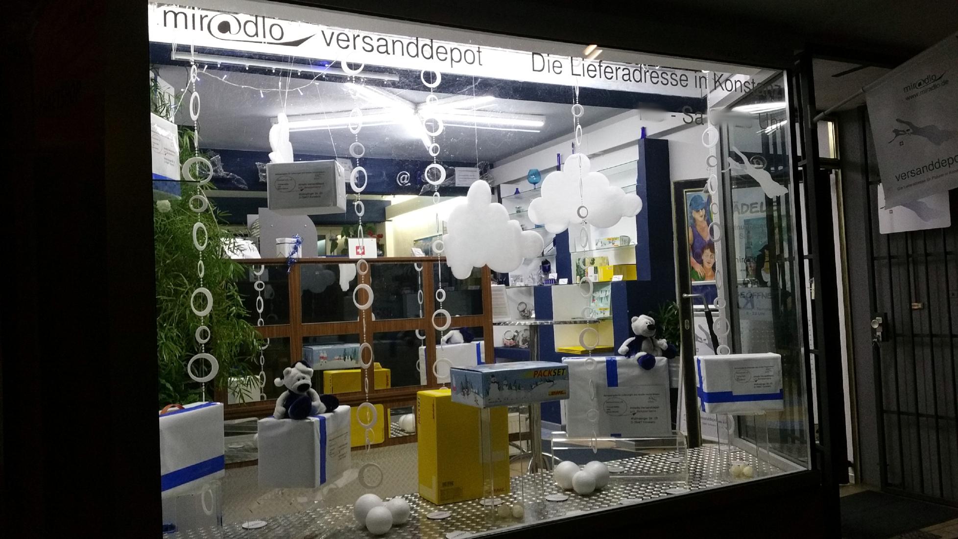 Schneedeko im Schaufenster im Dezember noch ohne Schnee außen - miradlo Versanddepot Konstanz