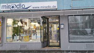 Schneedeko im Schaufenster und im Januar teils sogar mit Schneefall außen - miradlo Versanddepot Konstanz