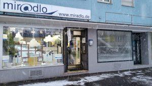 Schneedeko im Schaufenster und im Januar teils sogar mit Schneefall außen und etwas Schnee vorm Schaufenster - miradlo Versanddepot Konstanz