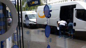 GLS, manchmal im Doppelpack - Zusteller beim miradlo-Versanddepot, der Lieferadresse in Konstanz
