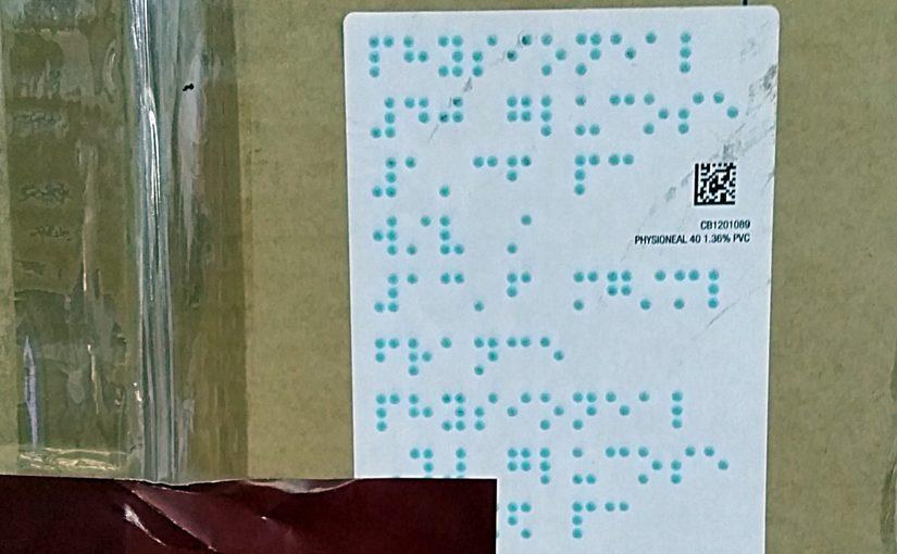 Paket mit Blindenschrift auf der Verpackung
