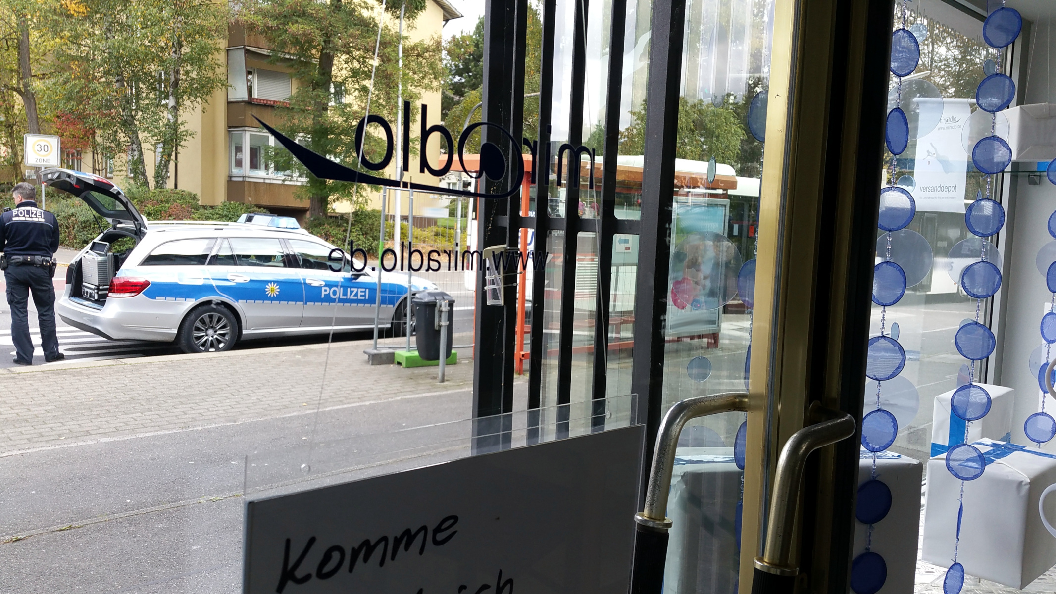 Polizei vorm miradlo-Versanddepot - Symbolbild