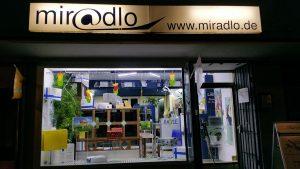 Schaufenster im Frühling - außerhalb von Feiertagen ein Schild mit Öffnungszeiten an der Tür - miradlo-Versanddepot