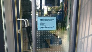 Schild mit Feiertagshinweisen an der Ladentür - miradlo-Versanddepot, Lieferadresse in Konstanz