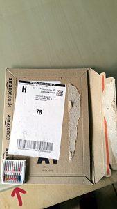 Nähmaschinennadeln in einer etwa zwanzigfach zu großen Verpackung - Verpackungswahnsinn - Päckle - miradlo Versanddepot