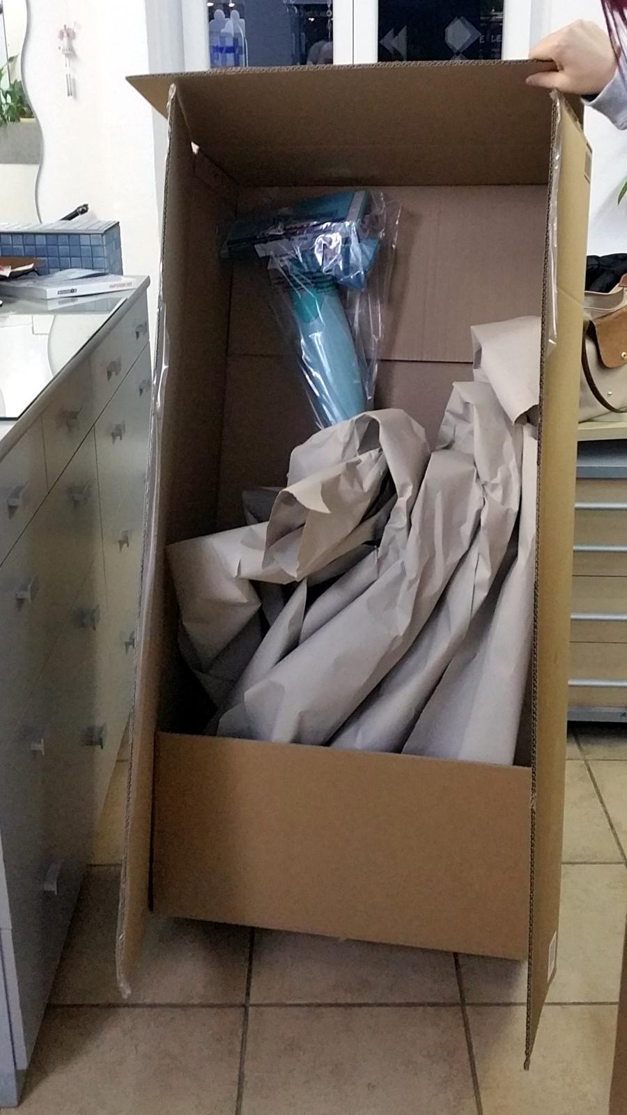 Nur ein Wischmop - Wischmopverpackung überdimensional riesig und voll mit Verpackungsmaterial - Verpackungswahnsinn, miradlo Versanddepot