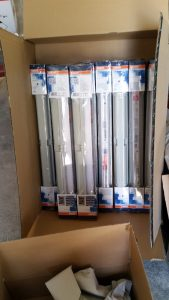 Getestet nach dem Auspacken, alle 10 Röhren hätten in ein Paket gepasst. 10 einzelne Lieferungen von LED-Röhren statt einem Paket mit 10 Stück - Versanddepot