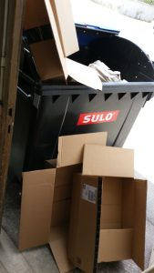 Verpackungswahnsinn, 10 einzelne Lieferungen von LED-Röhren füllen einen Altpapiercontainer - Totalausfall