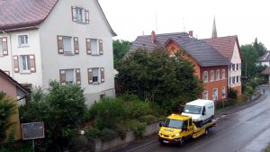 Hermes und Müll, Hermesauto wird aufgeladen - Zustelldienste - miradlo Versanddepot