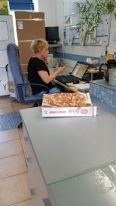 DHL-Kunde bringt einfach so Pizza... miradlo-Versanddepot Konstanz