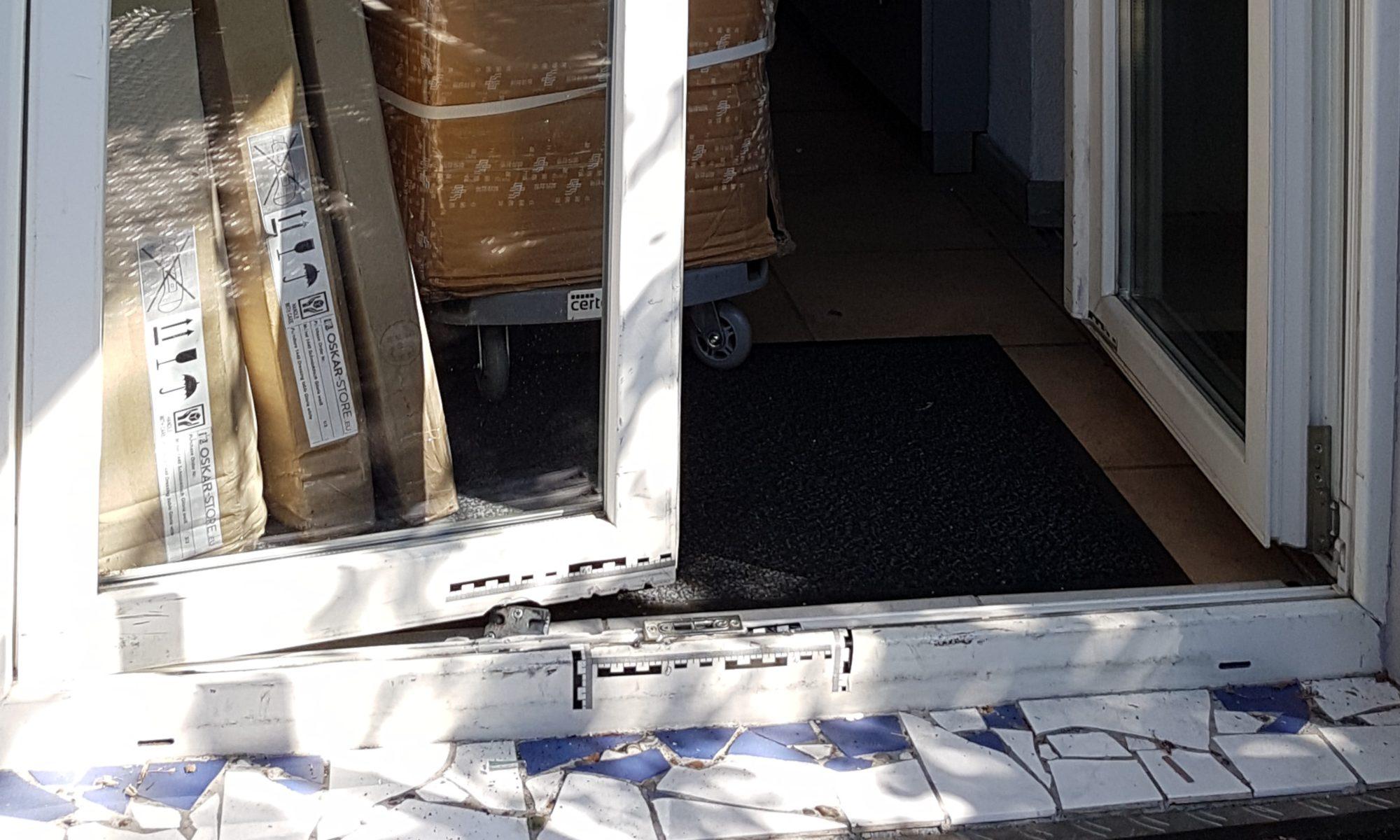 Einbruch - Aufnahme Schaden Balkontür, Pakete usw durch Polizei und Spurensicherung - miradlo-Versanddepot Konstanz