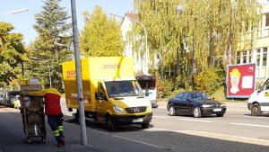 Einer von mehreren DHL-Zustellern täglich, mit Paketen und Retouren die er abholt - miradlo-Versanddepot Konstanz