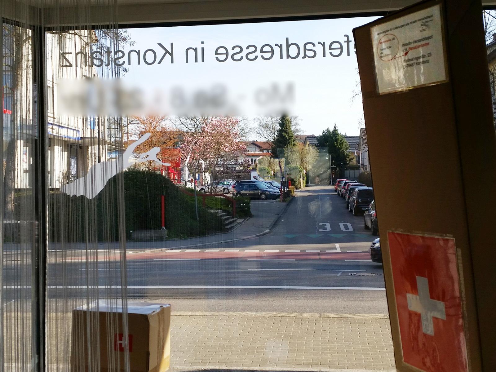 So sieht der Blick von innen aus unserem Schaufenster aus, wenn die Magnolie gegenüber blüht.