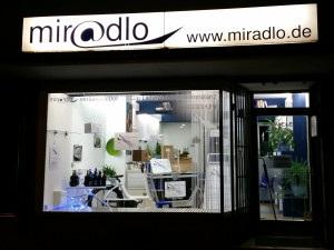 miradlo versanddepot - Die Lieferadresse in Konstanz - Mo-Sa 8-23 Uhr steht auf dem Schaufenster
