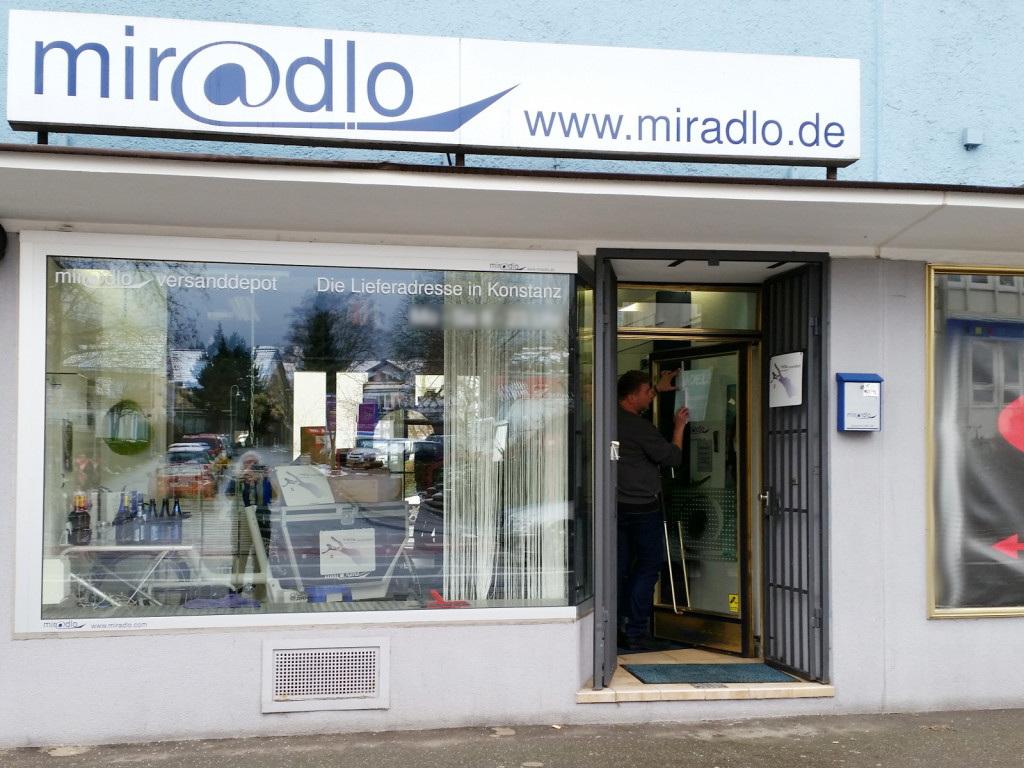 Schaufensterbeschriftung für miradlo Versanddepot - die Lieferadresse in Konstanz