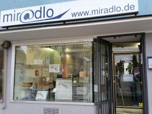 miradlo-Versanddepot - Die Lieferadresse in Konstanz - Schaufenster tagsüber mit Paketdekoration