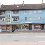 miradlo-versanddepot - Die Lieferadresse in Konstanz mit Bushaltestelle vor der Tür - Haltestelle Bismarcksteig und Schaufenster nebeneinander