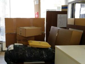 Zusteller bringt mehrere Päckle und Pakete - Lieferadresse