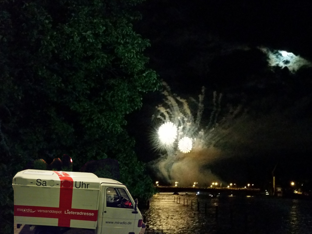 Apelina bei Nacht, im Hintergrund das Seenachtsfest